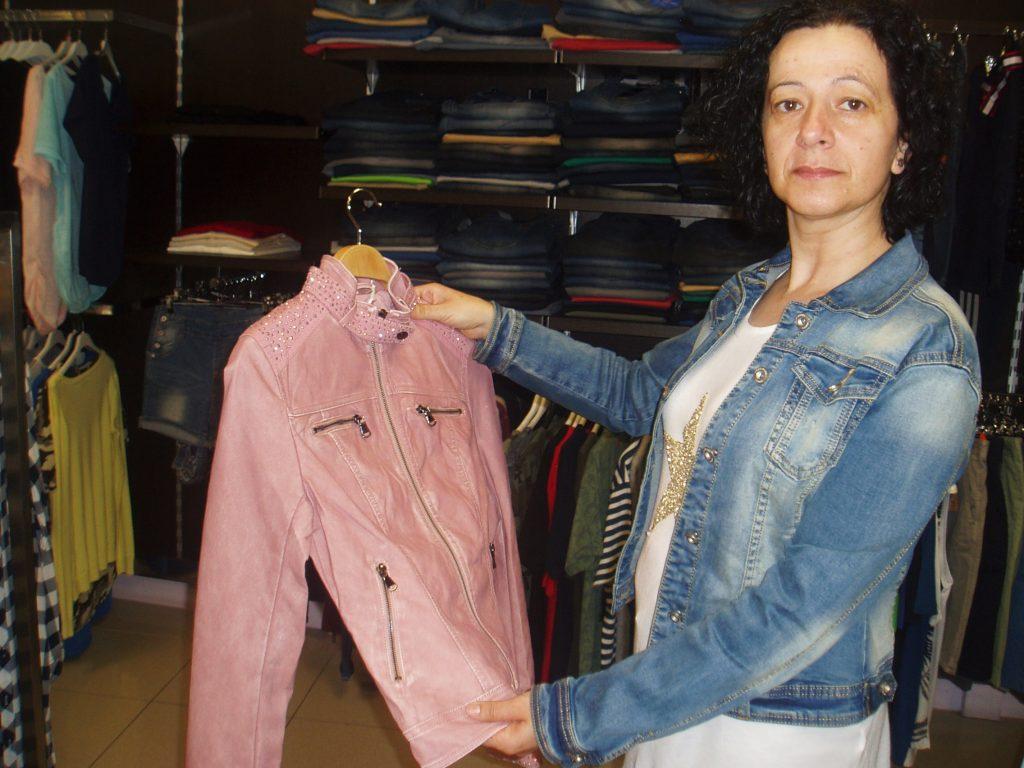 Luisa con una de las prendas de la tienda