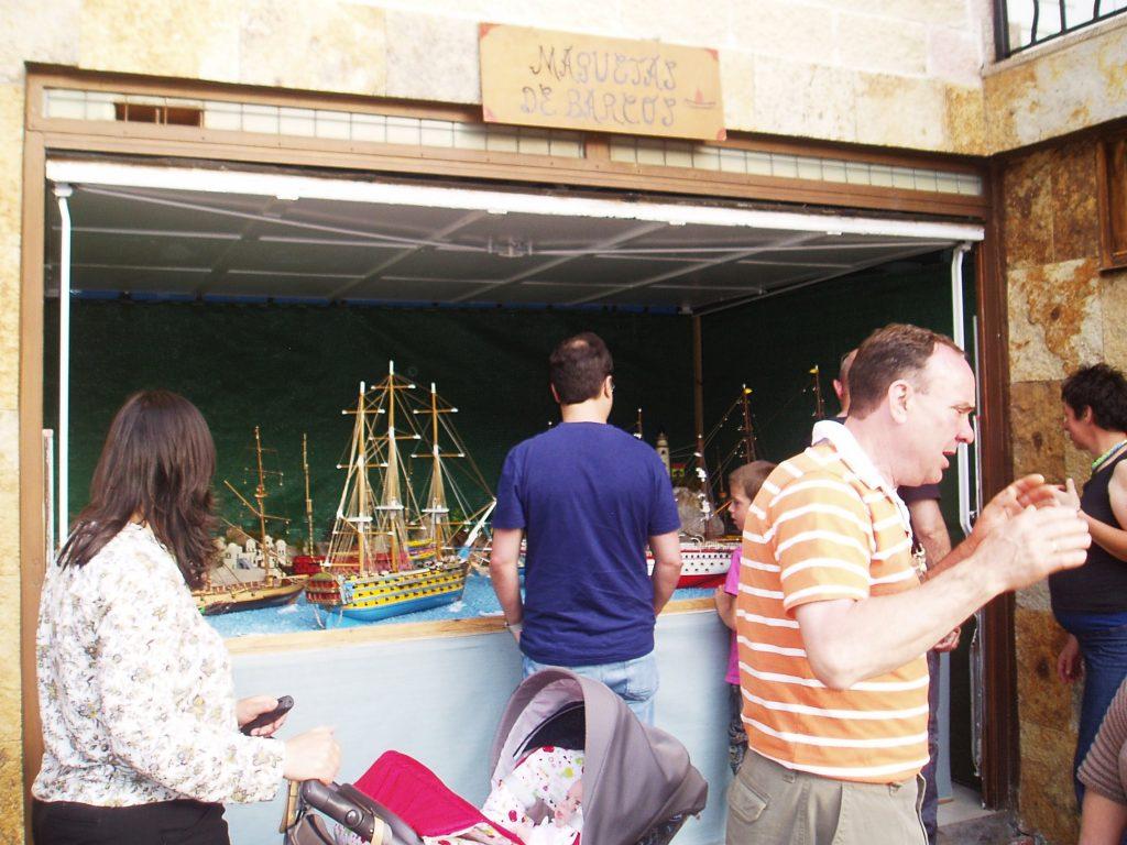 Maquetas de barcos y su autor hablando con el público