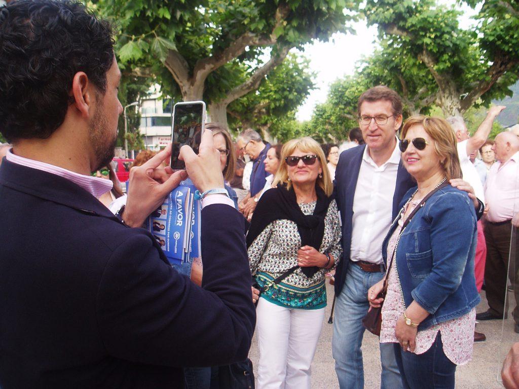 Moises Blanco hace una foto con dos vecinas que pidieron fotografiarse con Feijoó