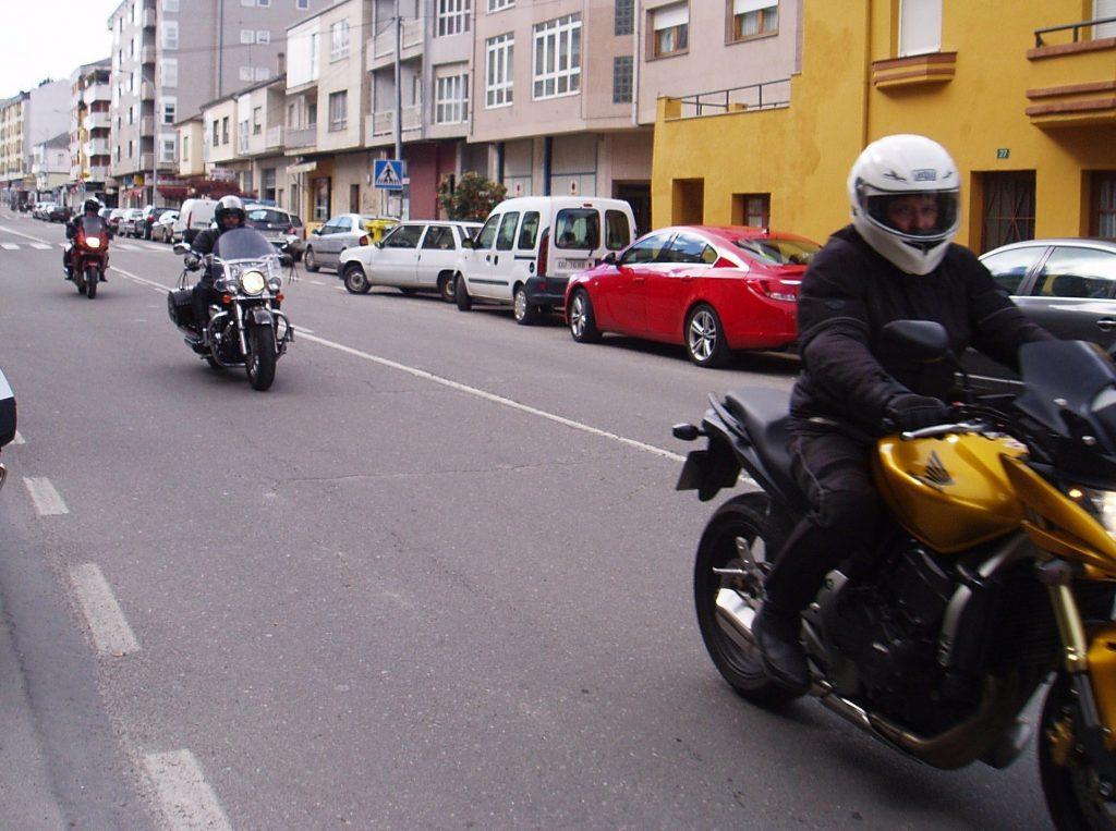Motos circulando por A Rúa