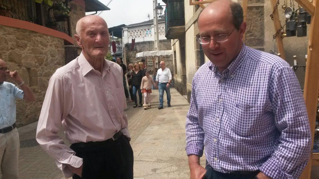 Salvador Lorenzo con el artesano Ignacio Díaz en Petín