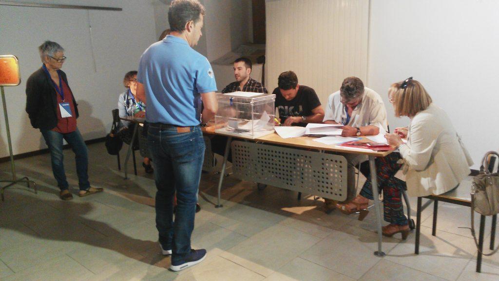 Una mesa  electoral de  O Barco en el momento de las votaciones