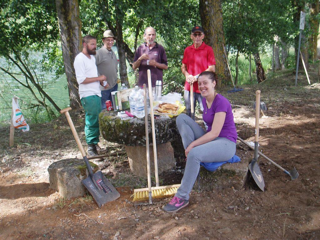 Una parte de los voluntarios hace un alto en su tarea para desayunar