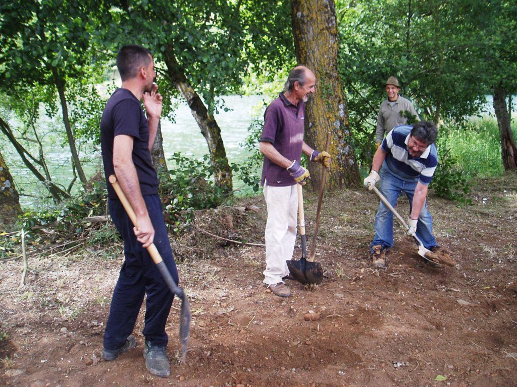 Voluntarios y Pablo Deramond con la pala