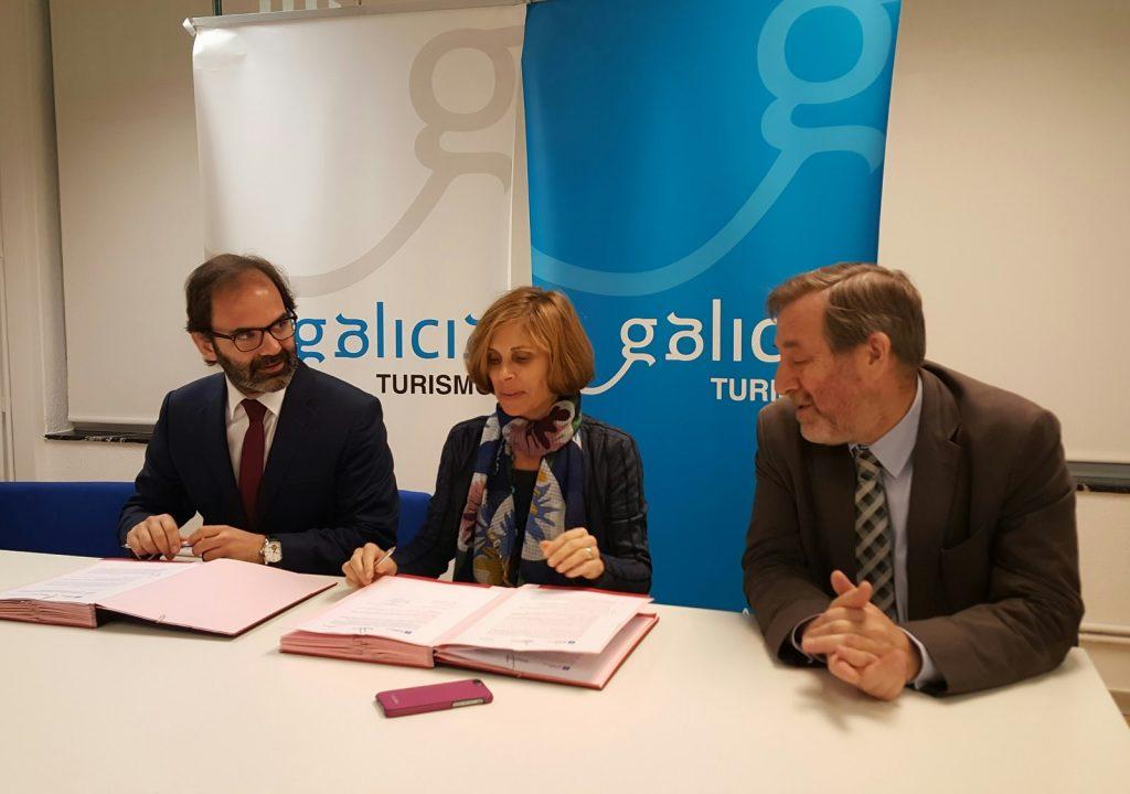 La directora de Turismo de Galicia, Nava Castro, y el director de Viaqua, Julio Masid Bande, firmaron un convenio de colaboración para la puesta en marcha de la exposición itinerante 'Via Iacobitana'