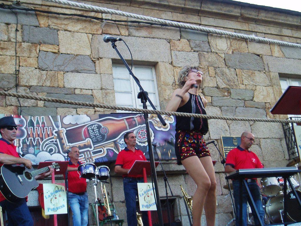 Actuación de La Sonora Petinesa