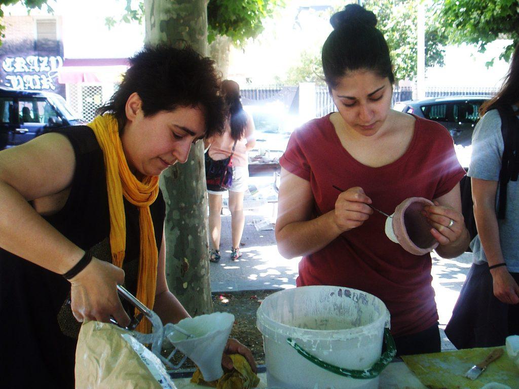Bea Romarty (a la izquierda) haciendo piezas