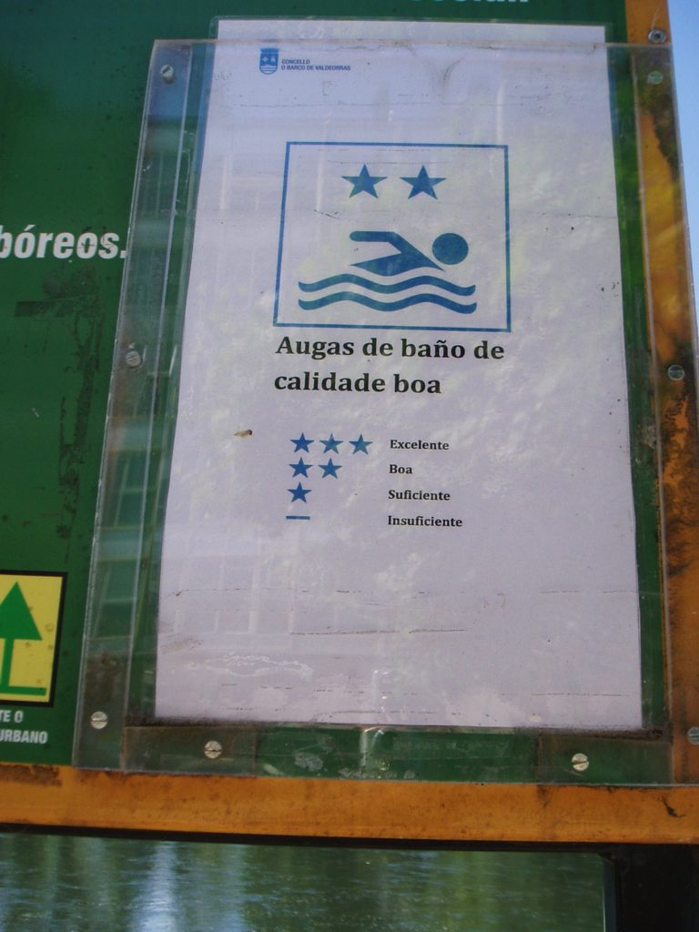 Cartel nuevo que dice que la calidad del agua es buena