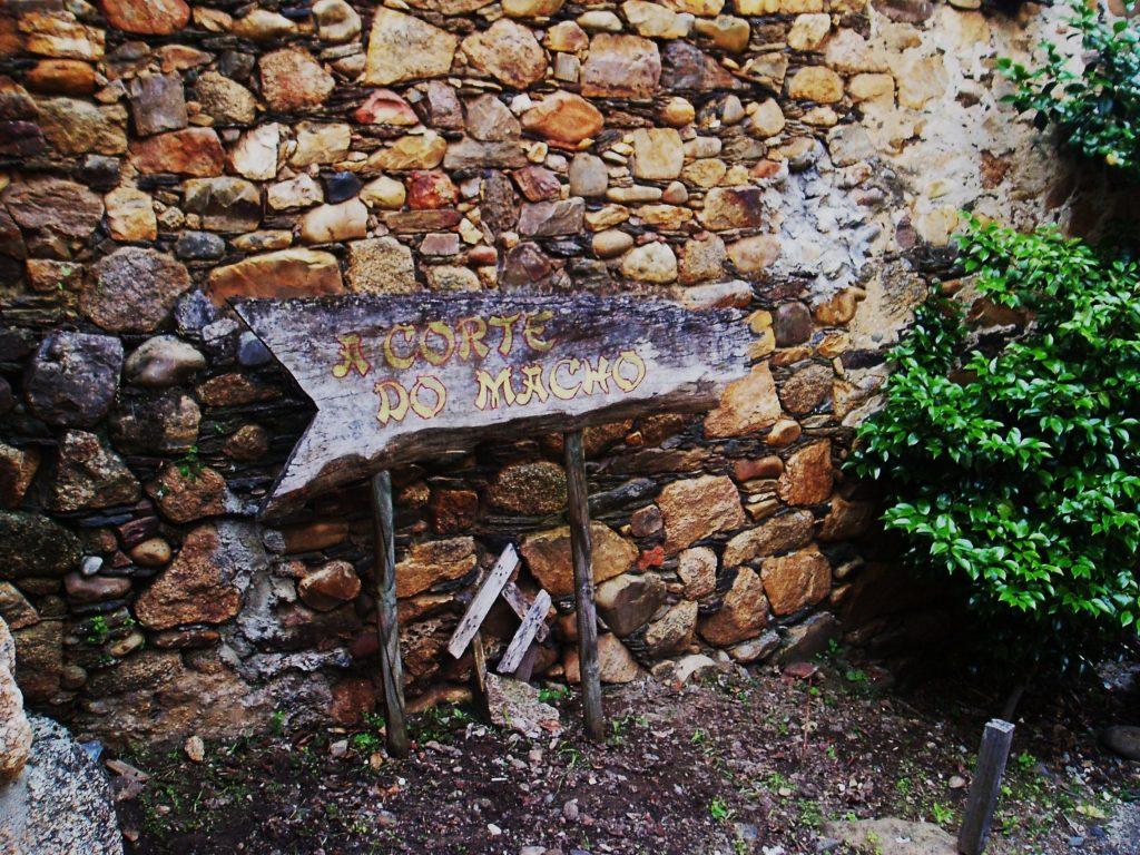 Cartel que indica su bodega-museo en Petín