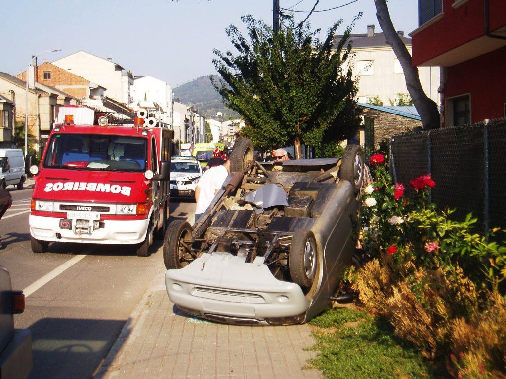Coche volcado en la acera, en Campo Grande de A Rúa