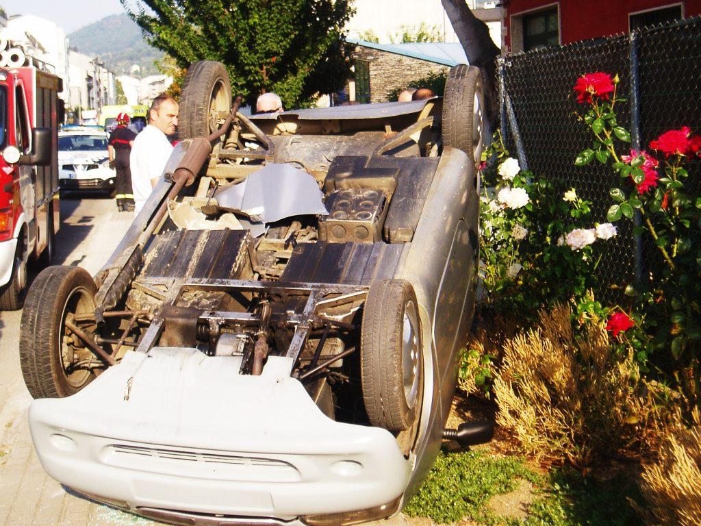 El vehículo fue alcanzado por una ambulancia y volcó