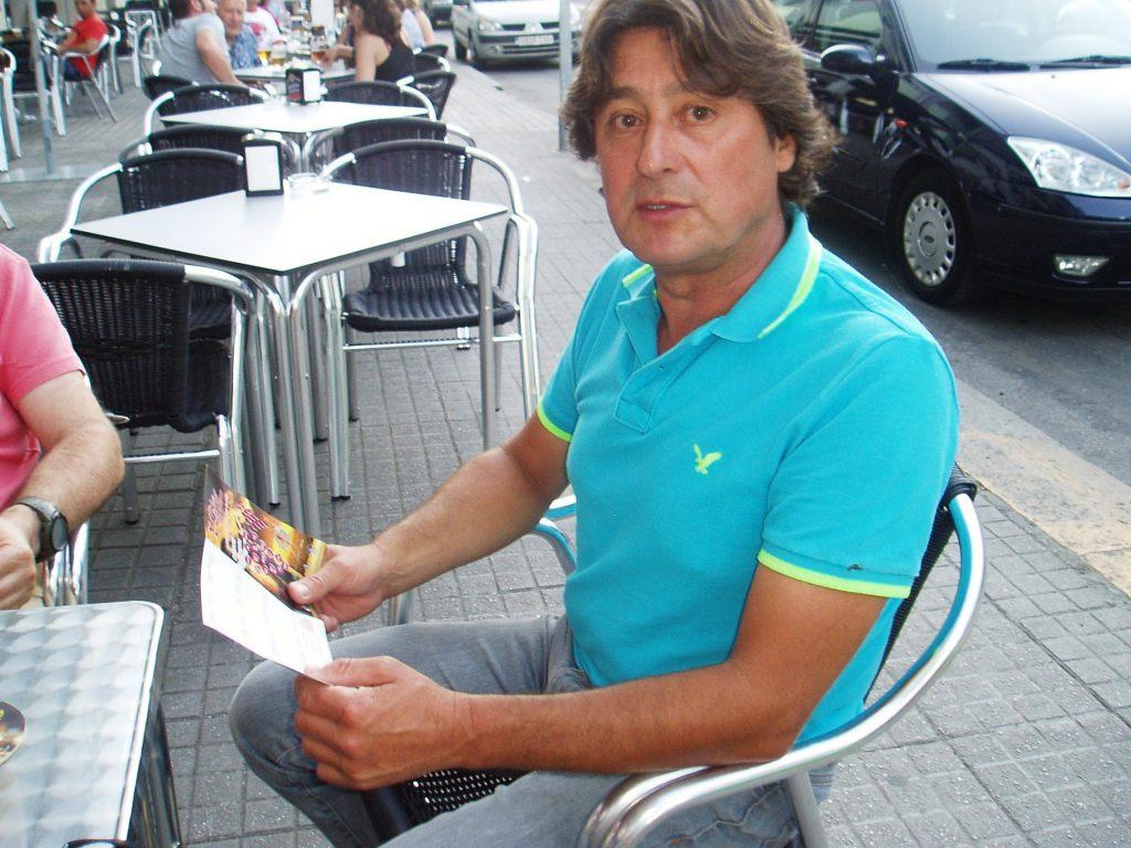 Felipe, un participante con su pasaporte