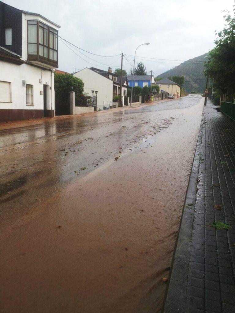 Inundación de agua, piedras y barro