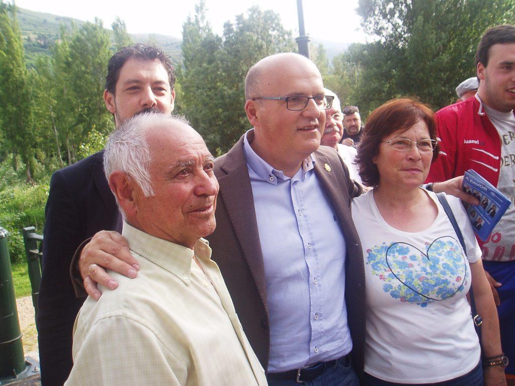 José Manuel Baltar con vecinos de O Barco en una reciente visita