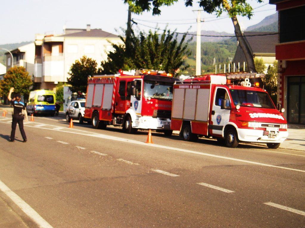 La ambulancia que impactó con el coche y la Policía Local regulando el tráfico