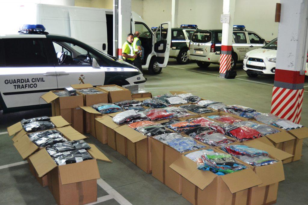 Las cajas incautadas con ropa supuestamente falsificada