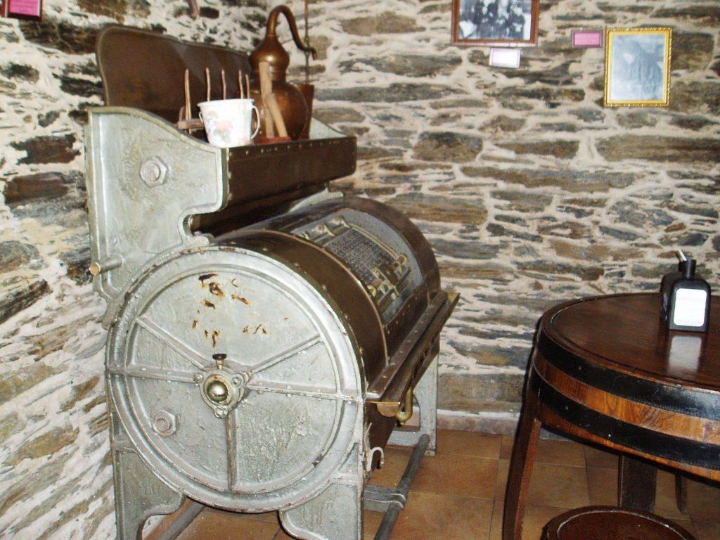 Lavadora del siglo XIX en el Mesón Museo de Sobradelo