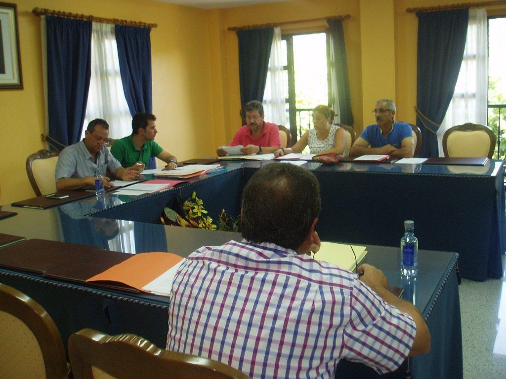 Los miembros de la Corporación de Vilamartín durante el pleno