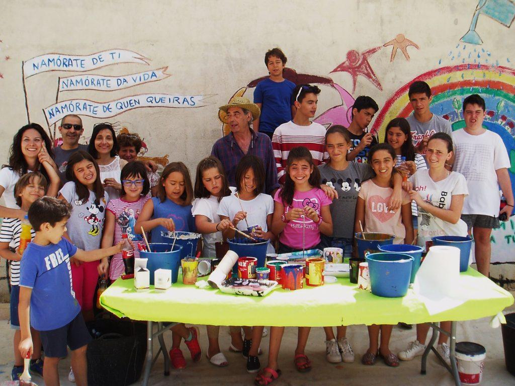 Los niños participantes posan con Lilí y Laura Fernández