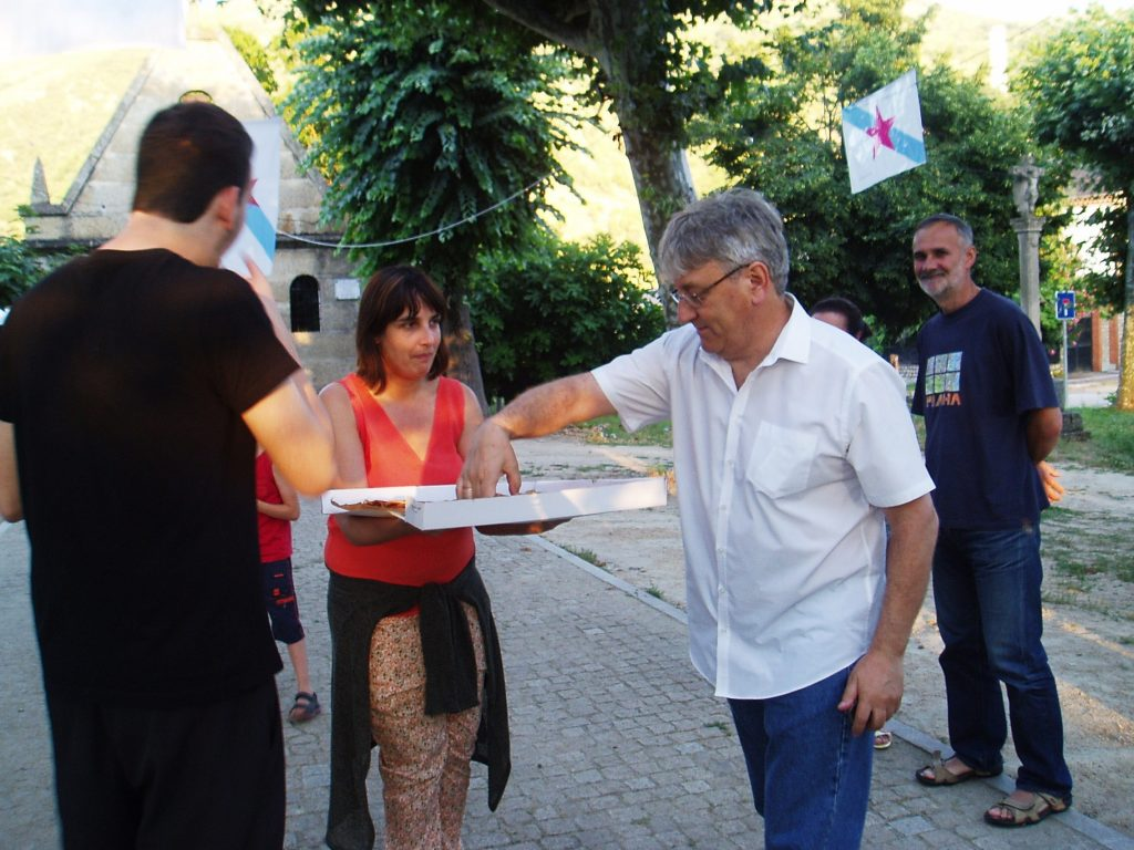 Manuel Agra toma un anaco de empanada