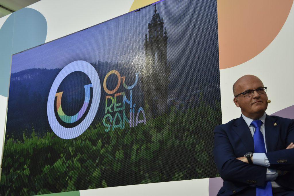 Manuel Baltar, xunto á imaxe da marca Ourense