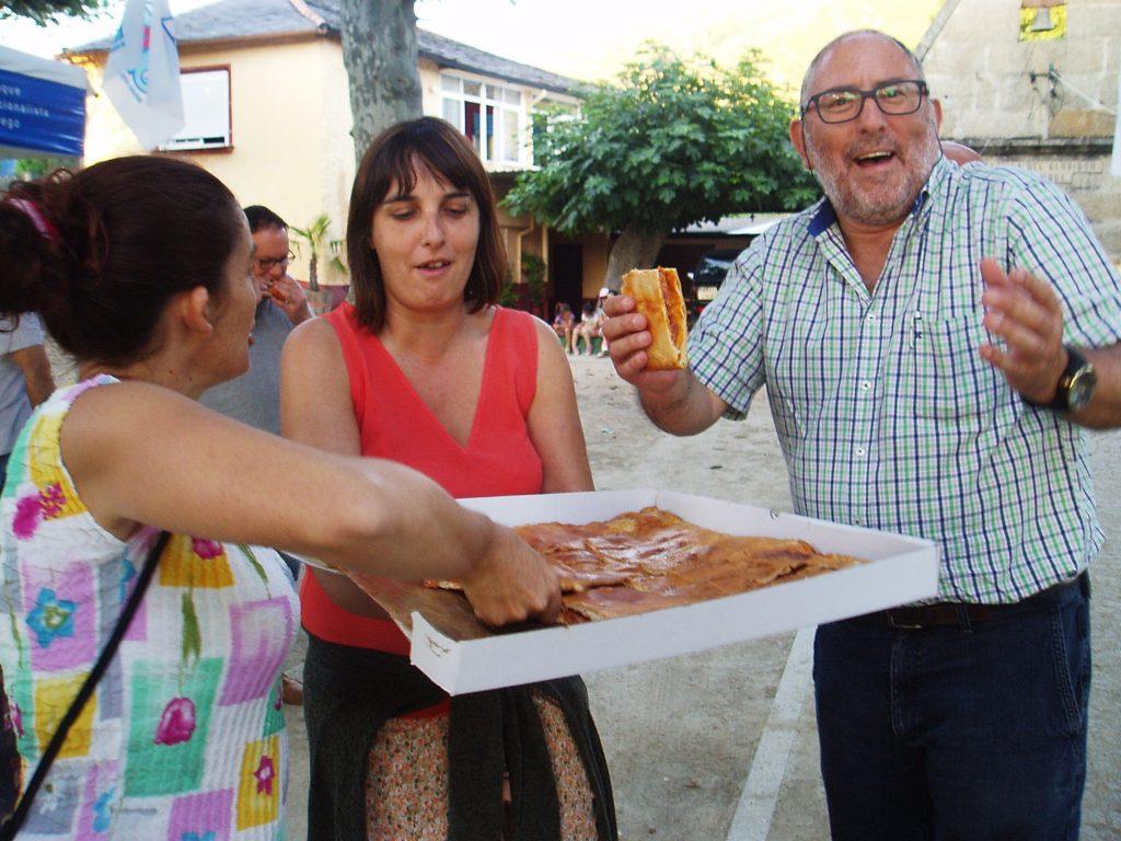 María Albert servindo empanada xunto a Vilasánchez