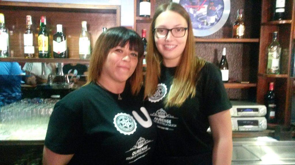 Marina Estévez (a la izquierda), propietaria del bar