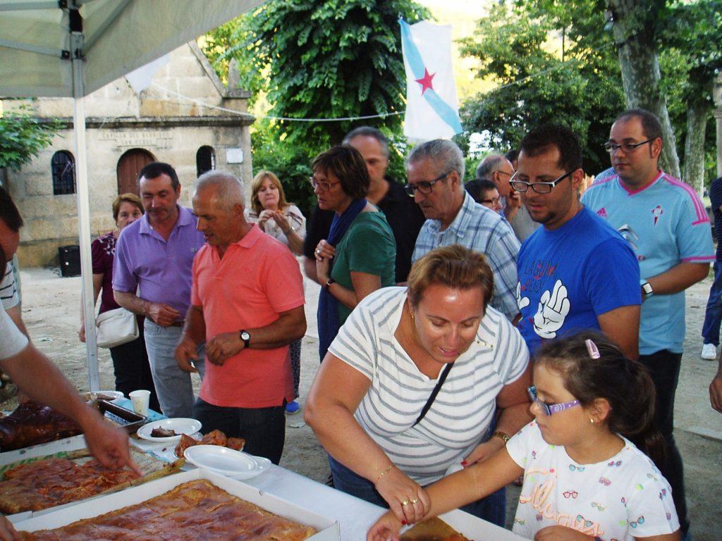 Os participantes á hora de degustar a empanada