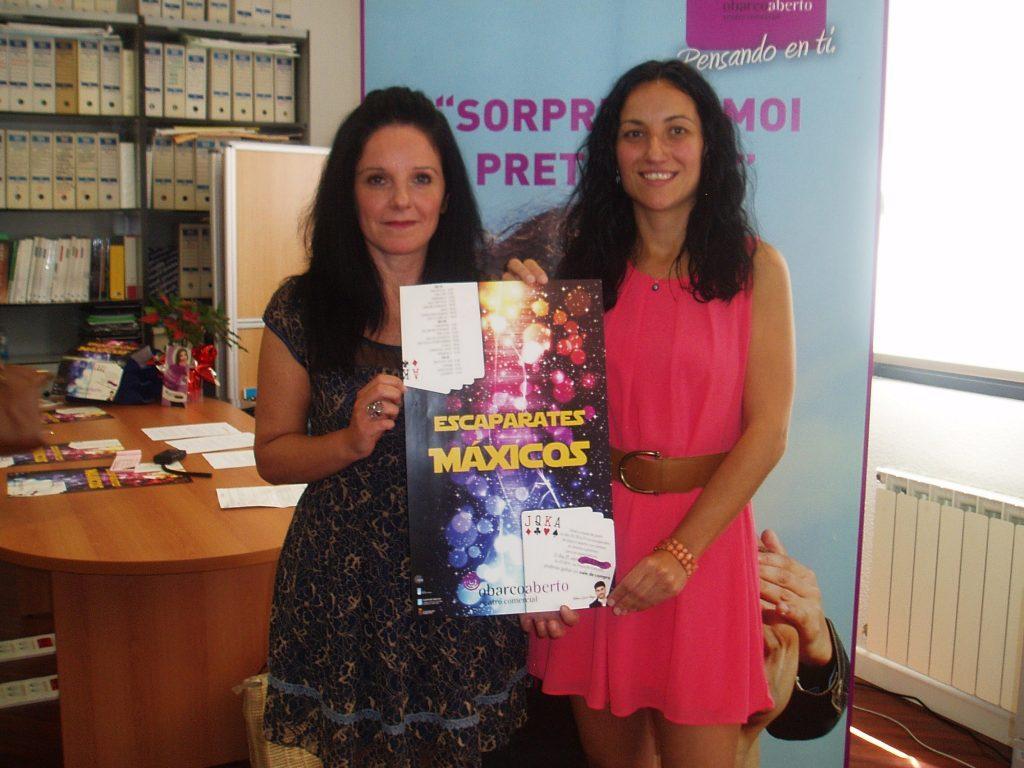 Sandra Moldes (a la derecha), presidenta del Centro Comercial Aberto de O Barco y Ángeles Rodríguez, vicepresidenta
