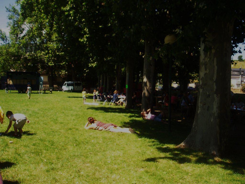Siesta sobre la hierba del parque