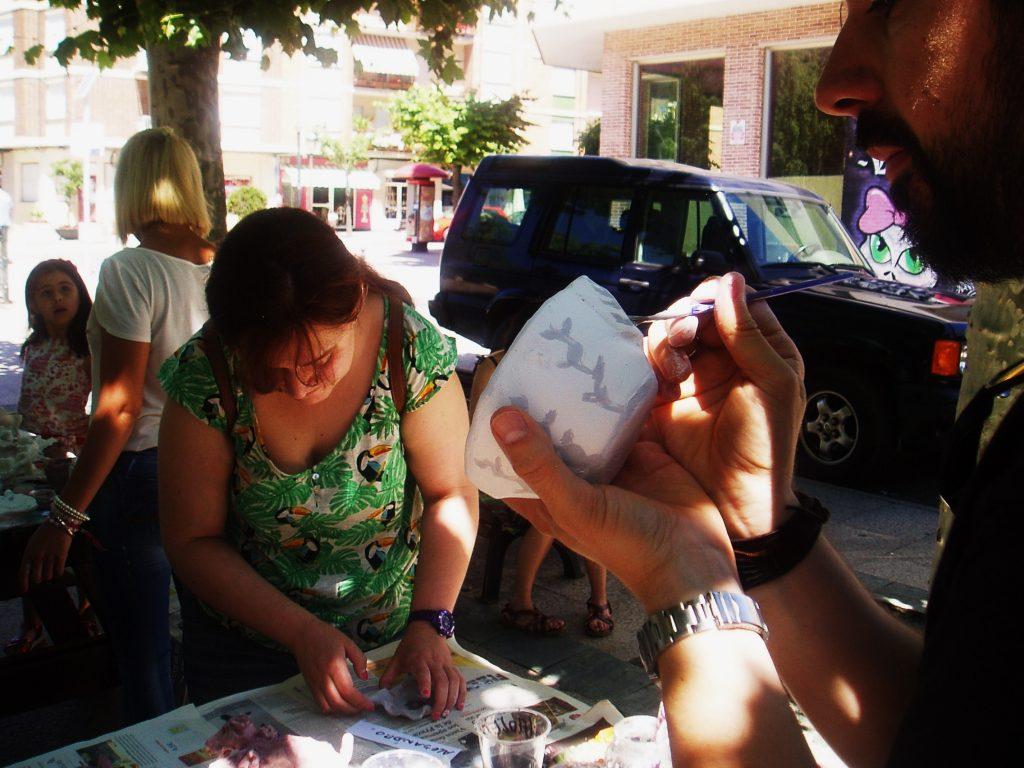 Un participante esmalta un pequeño cuenco