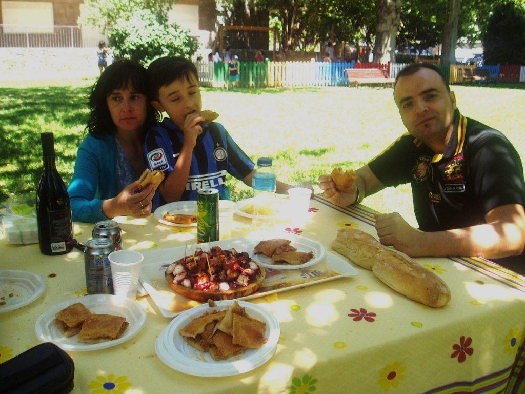 Una familia comiendo durante la romería