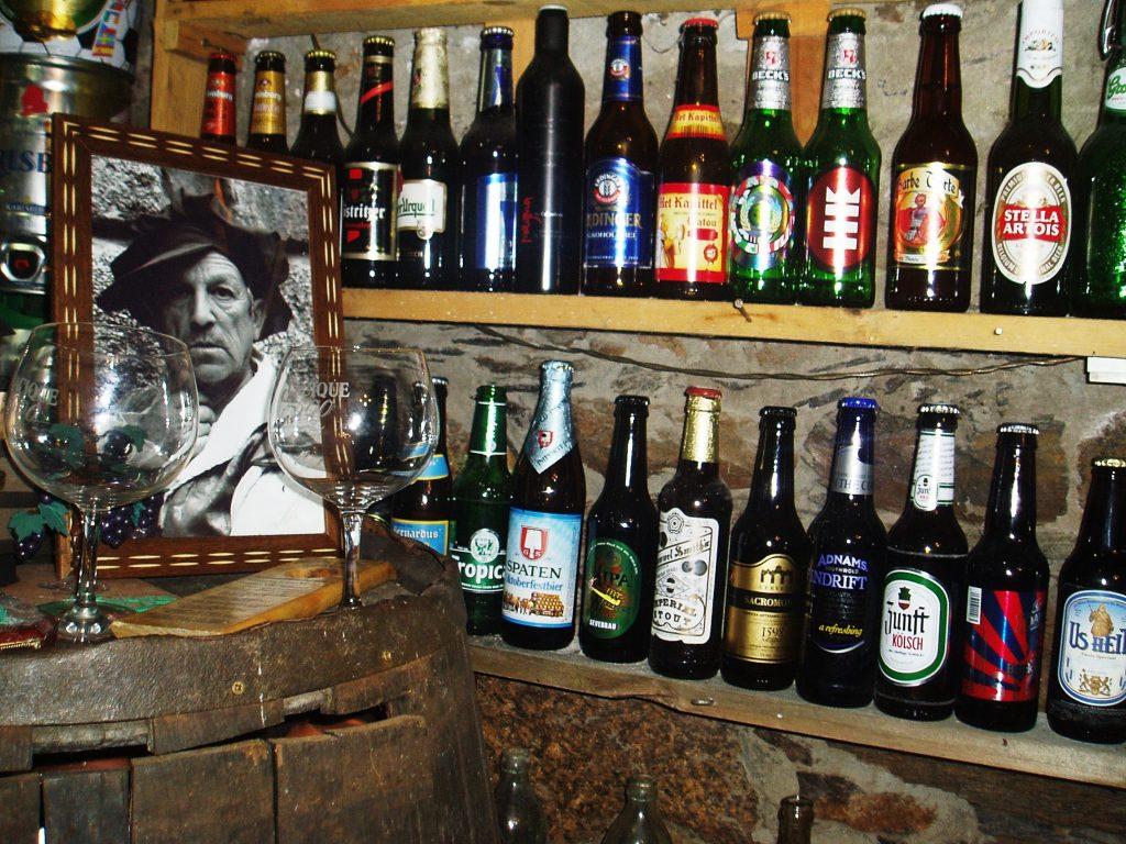 Una gran colección de botellas de cerveza