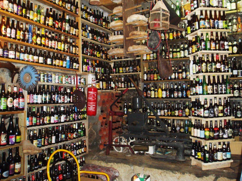 Una parte de la colección de botellas