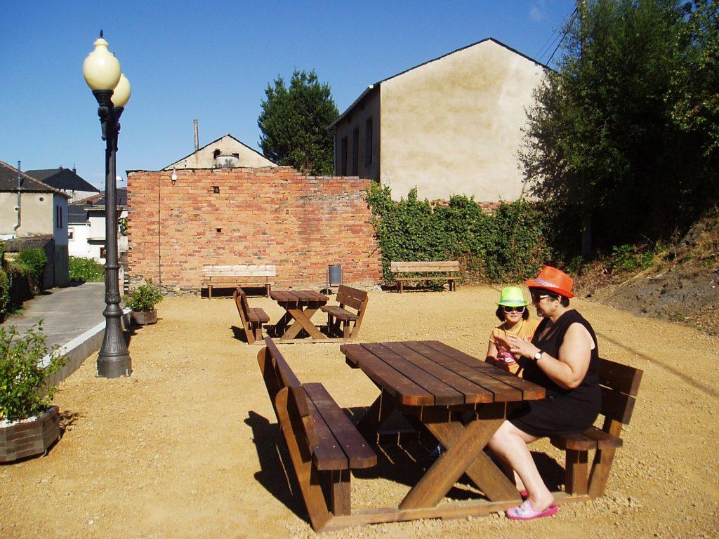Una vecina de A Rúa con una niña  satisfechas con este nuevo parque