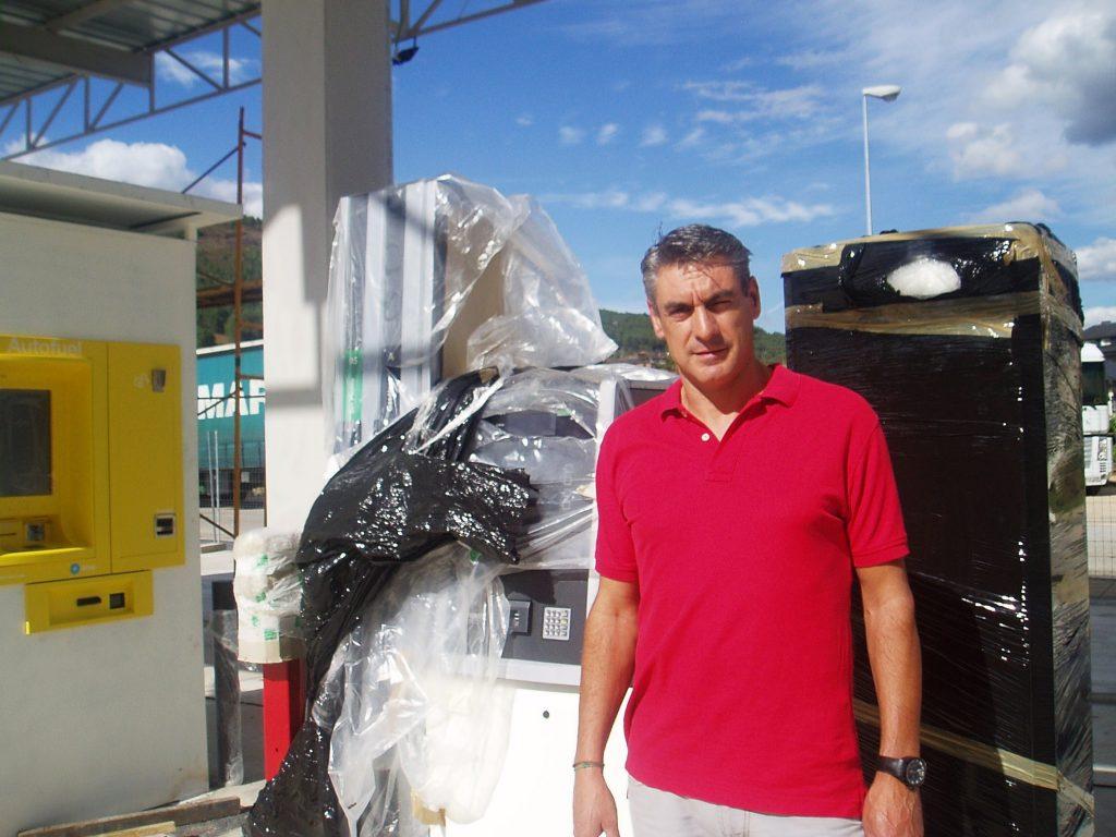 Ángel García Rodríguez junto a surtidores y máquinas embaladas en plástico