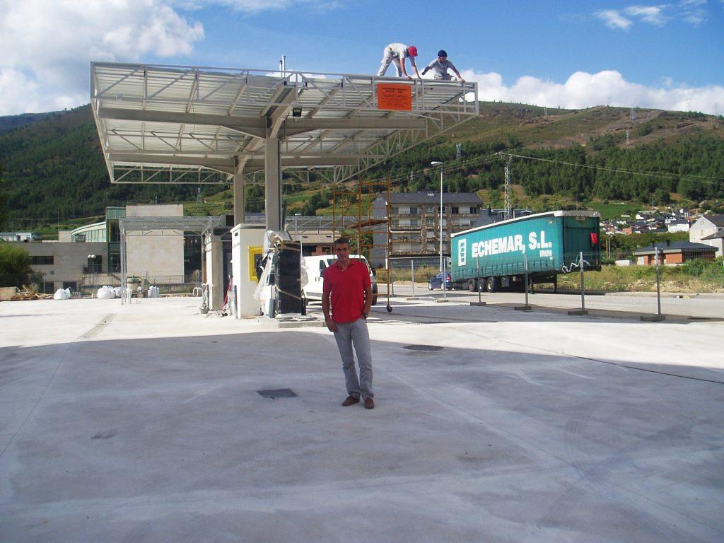 ngel García Rodríguez y, al fondo, operarios terminando la cubierta de aluminio