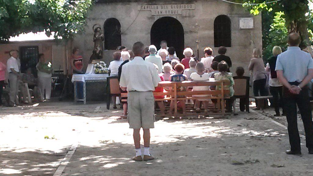 Altar, bancos y la talla del santo fueron colocados en el exterior, frente a la capilla