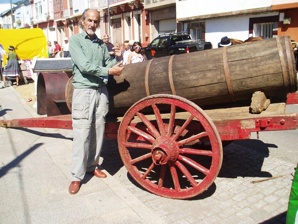 Amancio Delgado Álvarez, junto a un carro antiguo en Inxertarte