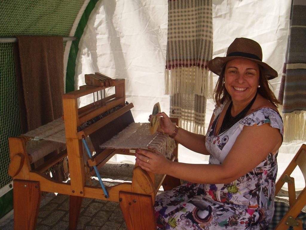 Amparo Rodríguez, concejala de Cultura de Vilamartín, en el el telar para lino