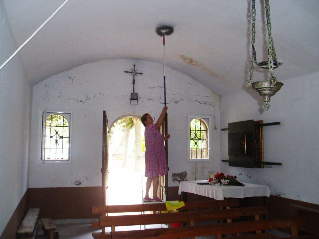 Angélica Carballo Ferrer limpiando el interior de la capilla de San Roque de A Rúa Vella