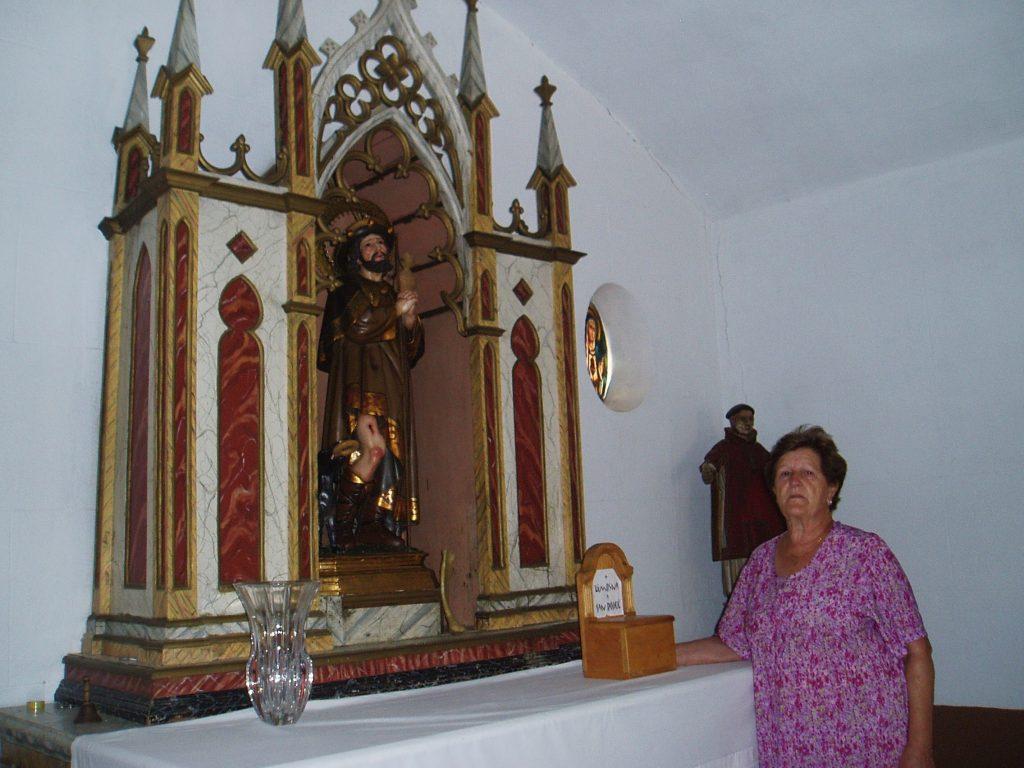 Angélica Carballo con la talla de San Roque