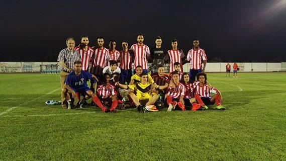 El Atlético Bembibre posa con la copa (Foto: Atlético Bembibre)