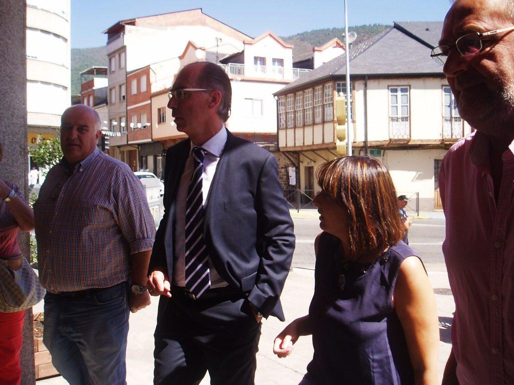 Avelino García Ferradal (PP), Jesús Vázquez, María González (BNG) y Luis Fernández (PSOE), entrando a la Consistorial de A Rúa