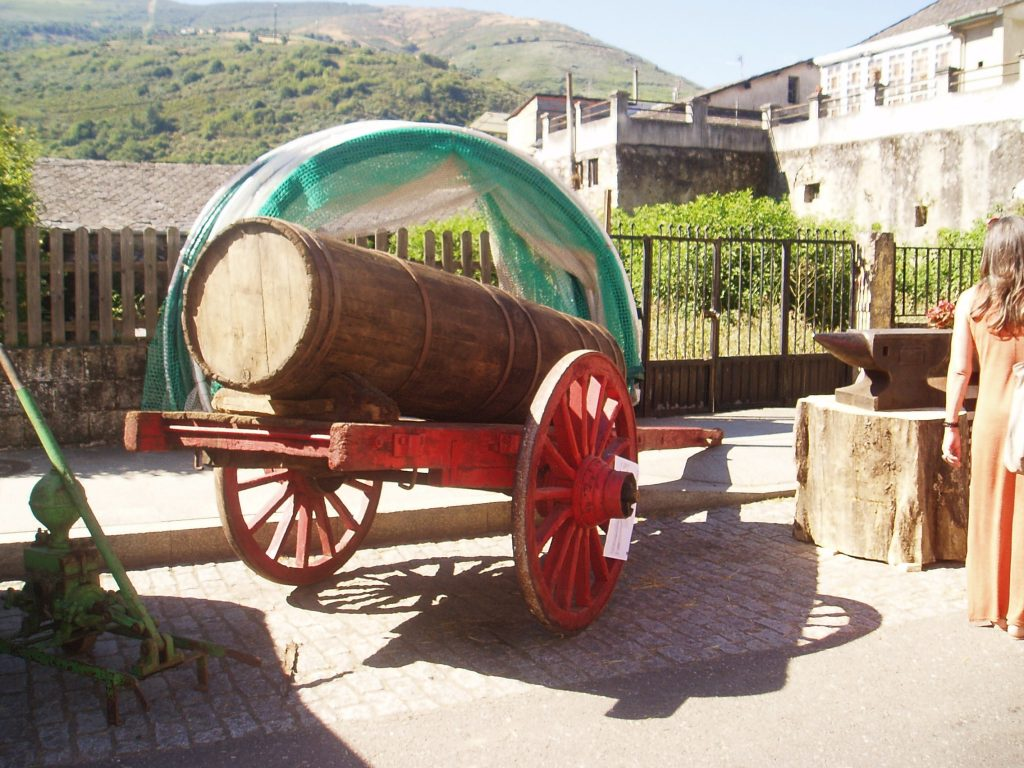 Carro antiguo con una cuba
