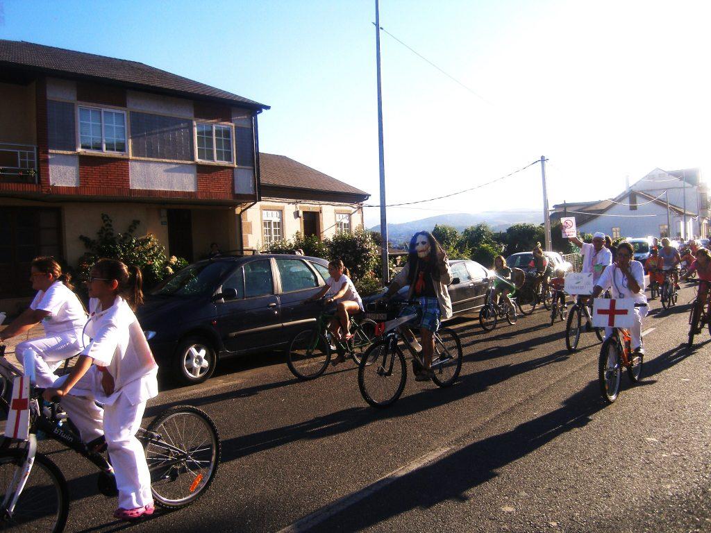 Circulando por la travesía de A Rúa llegando ya al campo de San Roque