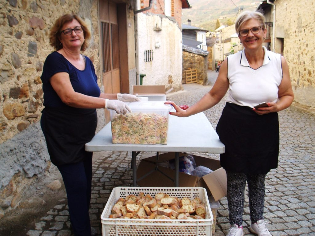 Con la pasta y el pan preparados para servir a los participantes