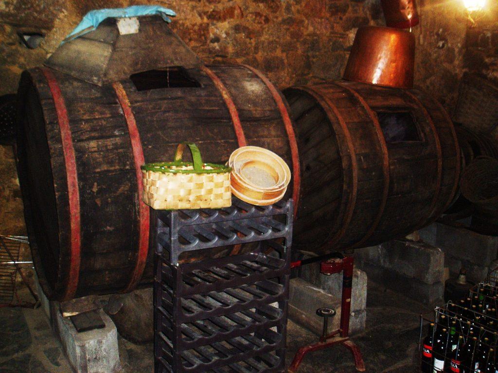 Cubas antiguas de vino en una bodega de Petín