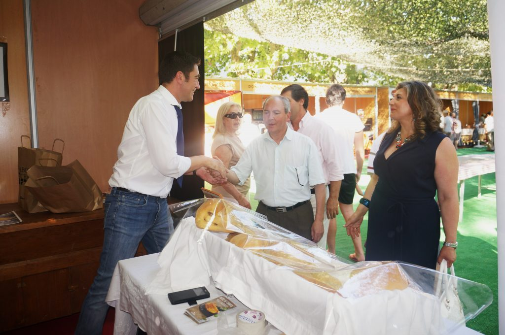 El alcalde de Chaves, Cabeleira, saluda a los participantes