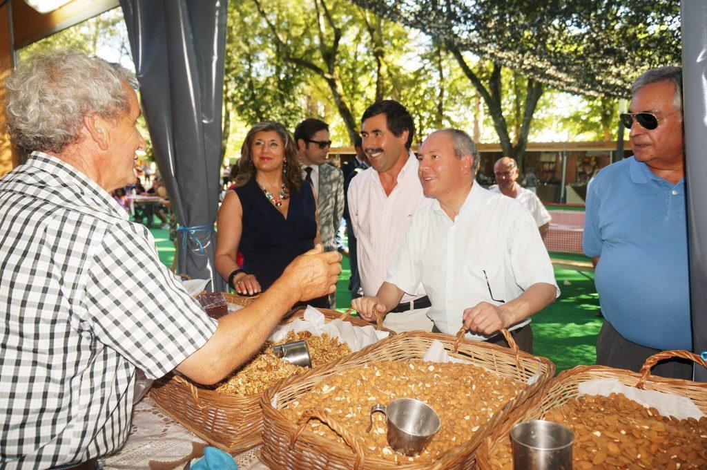 El alcalde de Chaves en uno de los expositores de la feria del Pastel